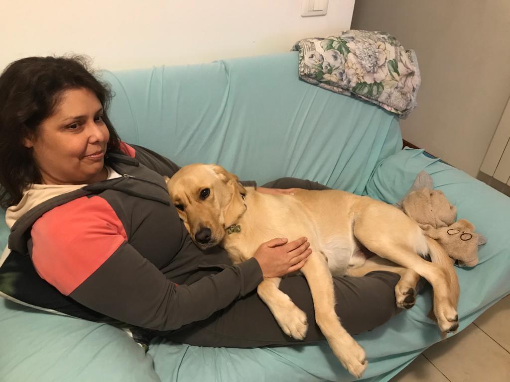Nell'immagine c'è Lorelai sul divano con il suo cane guida zen sdraiato sulle sue gambe