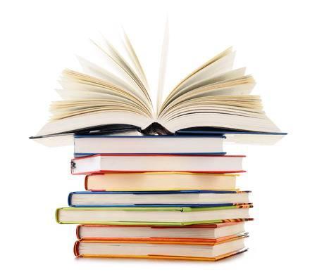 Nell'immagine c'è una pila di libri con sopra un libro aperto