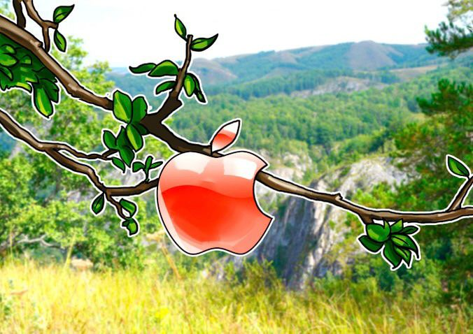 """Nell'immagine uno sfondo di natura verde Con in primo piano un ramo di un melo con una mela morsicata pronta da cogliere….    """"Cogli la mela tecnologica"""""""